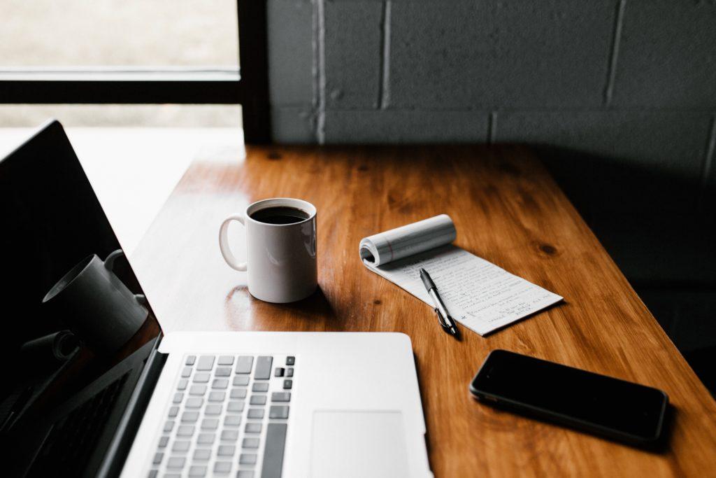 Kontor, skrivbord med dator
